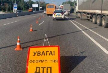 """Автобус з пасажирами зіткнувся з вантажівкою, фото: """"Водій не встиг відреагувати"""""""
