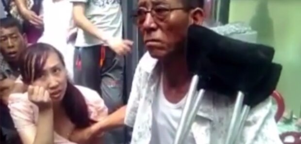 Китаец предсказывает женщинам будущее, трогая их грудь: изобретательный пророк (видео)