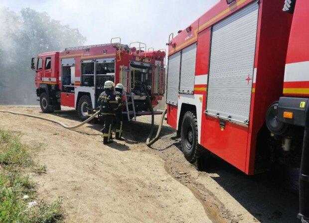 """В Одессе вспыхнул масштабный пожар, съехались спасатели, фото: """"В течение трех часов ..."""""""
