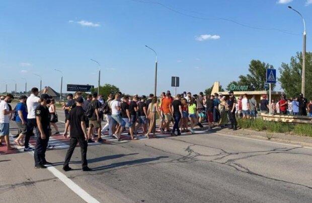 Українці повстали з вимогою пом'якшити карантин: перекрито міст, кадри