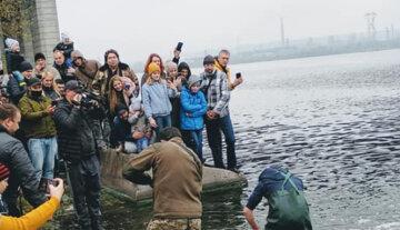 """""""Він у Чорнобилі виріс?"""": українець зловив сома, розміром з людину, фото трофея"""