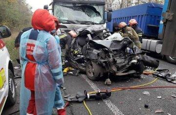 "Трагическое ДТП произошло на трассе, среди жертв ребенок: ""авто зажало грузовиками"", фото"