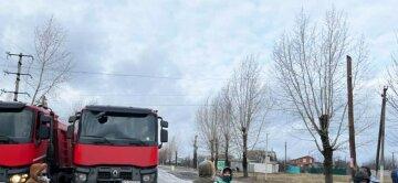 Люди взбунтовались и перекрыли дорогу под Харьковом, движение остановлено: фото с места событий