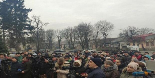 Масштабний бунт спалахнув проти українців, евакуйованих із Китаю, встановлюють блокпости: фото