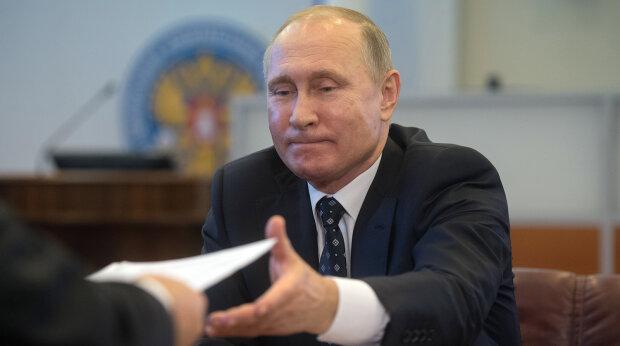Путін в костюмі царя довів росіян до істерики, кадр облетів мережу: «Замість трону тепер...»
