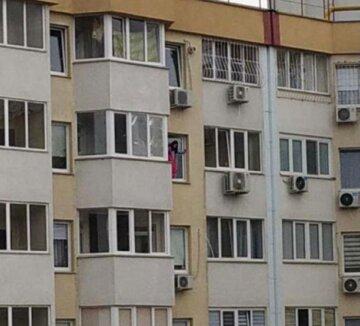 """""""До біди недалеко"""": маленьку дівчинку помітили, як стоїть у вікні на великій висоті, фото"""