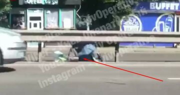 """""""Пре як танк"""": українка вирішила """"переповзти"""" на колінах жваву трасу, кадри"""