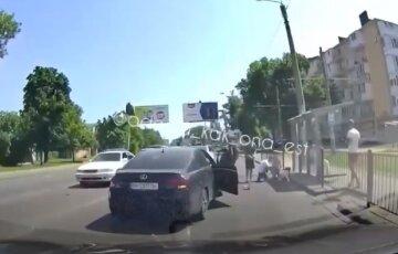 """Лексус на швидкості зніс дівчину в Одесі, момент потрапив на відео: """"Переходила на зелений"""""""