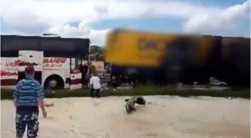 """Автобус с украинцами разбился в Польше, первые детали и кадры с места ДТП: """"Моментально загорелись..."""