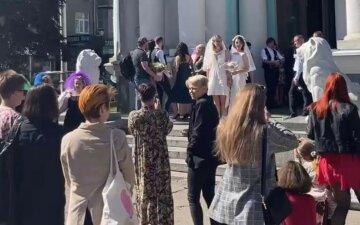 """Під марш і крики """"гірко"""": закохані харків'янки відзначили весілля, відео"""