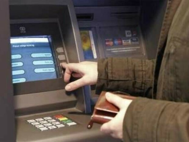 Поспішайте зняти готівку: «лягла» система Visa, карткою розрахуватися неможливо