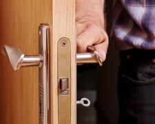 В столице мужчина купил квартиру с неприятным «сюрпризом»: двери были заперты изнутри, но это только начало