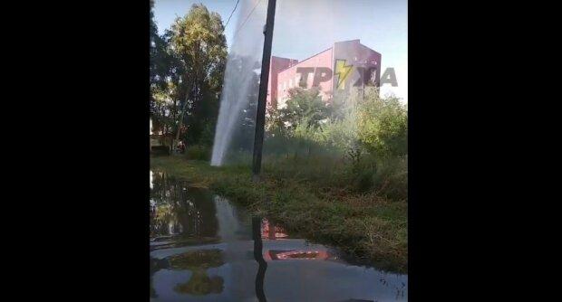 """У Харкові з-під землі забив гейзер, відео: """"За лічені хвилини частина проспекту..."""""""