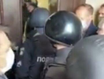 """""""Голод страшнее короны"""": украинцы взбунтовались и пошли на штурм облсовета, кадры приходящего"""