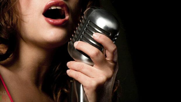 Певица, микрофон
