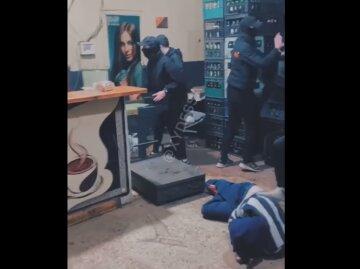"""Люди в балаклавах устроили погром в одесском заведении, видео: """"Побили всех, кто был внутри"""""""
