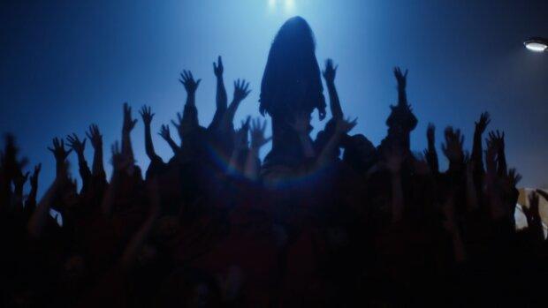 певица в тени, на сцене, силуэт