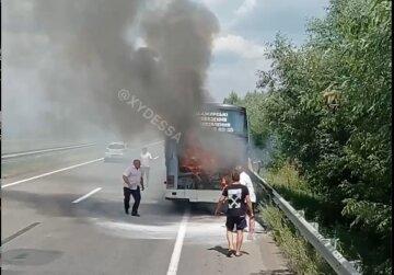Автобус полный пассажиров загорелся  посреди трассы  Киев-Одесса: видео ЧП