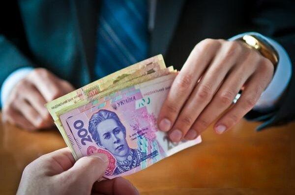 Украинцы отдают на взятки десять зарплат — инфографика