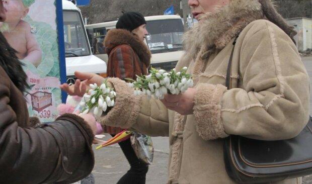 """Киян налякали великими штрафами за покупку квітів: """"доведеться дарувати цукерки"""""""