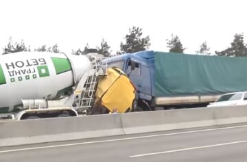 Грузовики раздавили на куски иномарку: видео страшной аварии на трассе Киев-Одесса
