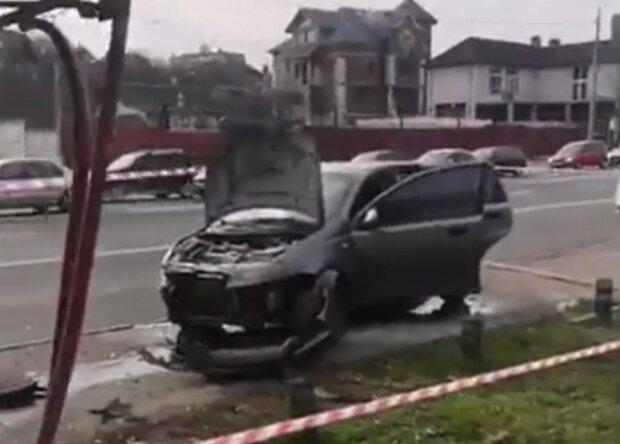 В Киеве водитель протаранил остановку, прохожие бросились на спасение: первые подробности и кадры