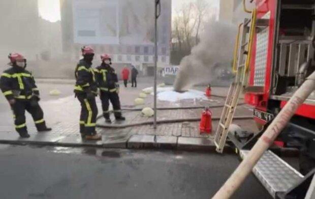 Масштабна пожежа спалахнула в центрі Києва: рятувальники не справляються, кадри НП