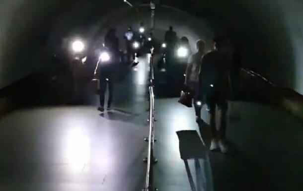 Киевское метро осталось без света, появились кадры: люди достали фонарики