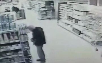 Під Києвом чоловік вирішив накласти на себе руки прямо в супермаркеті: відео потрапило в мережу