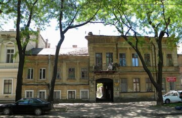 """В центре Одессы вместо асфальта положили двери: кадры """"ремонта"""""""