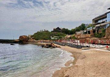 """Останній пляж в Одесі захопили комерсанти, фото: """"будка для збору грошей і не тільки"""""""