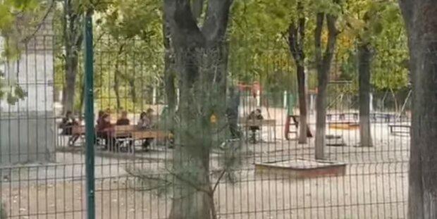 """""""Сырость, ветер, а дети сидят на улице"""": харьковские дети из-за карантина учатся во дворе, фото"""
