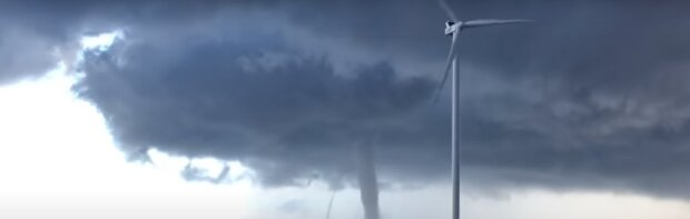 """Гігантський торнадо обрушився на український курорт, відео моменту удару: """"Вийшов з води"""""""