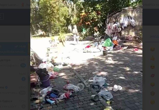 """""""Лечатся от всех болезней"""": детскую больницу в Одессе завалили мусором, видео безобразия"""