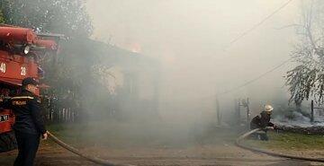 Вогонь перекинувся на будинки сусідів: харківські рятувальники 6 годин боролися зі стихією, відео