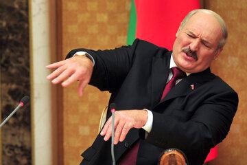 Лукашенко пояснив таємничу записку з наради: «Бабла мало, немає мерседесів, телиці на задньому»
