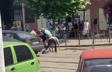 """Побоище устроили возле одесского """"Привоза"""", видео: """"бросил бутылку в авто и..."""""""