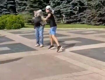 Депутата облили мочой под зданием харьковского облсовета: кадры инцидента