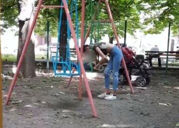 """""""Ледве трималася на ногах"""": в Одесі юна мама з дитиною налякала місцевих"""