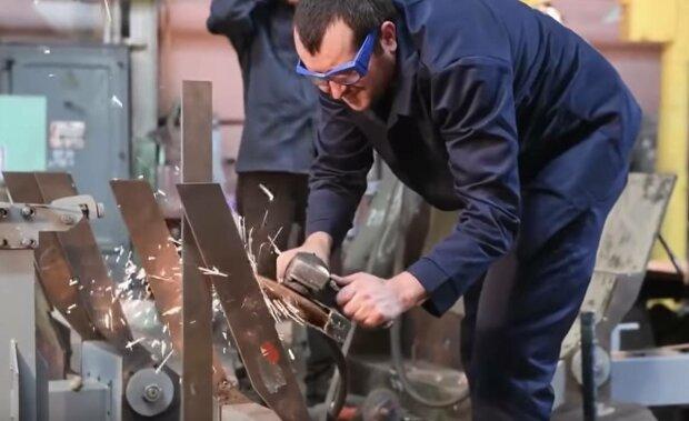 """На оборонному заводі Харкова виявили браковані БТР: """"життя бійців під загрозою"""", відео"""