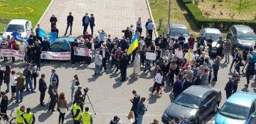 Недовольная толпа окружила здание Одесской ОГА: кадры происходящего