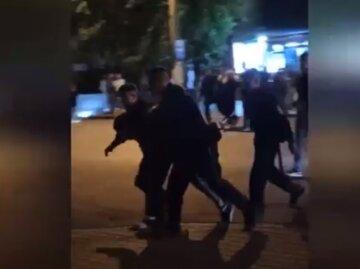 Бійка зав'язалася на День Одеси, молоді люди вигукували гімн і не тільки: відео затримання