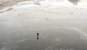 """""""Поки мама була в магазині"""": під Києвом школярка пішла гуляти біля водойми і провалилася під лід"""