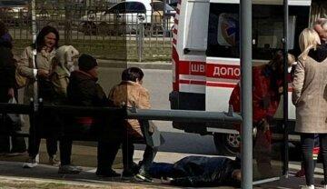 Люди безразлично наблюдают: трагедия случилась с мужчиной возле метро в Харькове, кадры