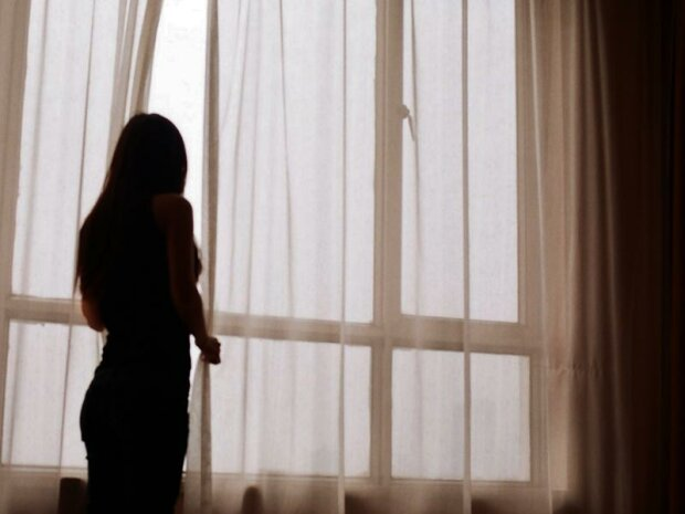 девушка окно