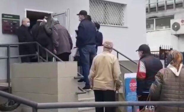 """Киевляне штурмуют банки из-за выплат, кадры происходящего: """"Я пережил четыре инфаркта"""""""