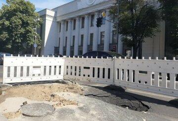 """""""Левее надо было"""": асфальт ушел под землю возле здания Верховной Рады, первые кадры"""