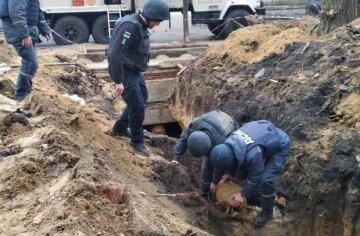 Біля людного місця в Києві знайшли міну: злетілися спецслужби, фото