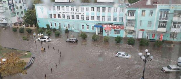 """На Крим обрушилися зливи, міста йдуть під воду: """"Проблема з водою вирішилася"""""""