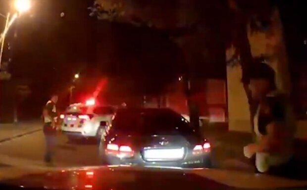 """Вооруженный мужчина гонял по улицам Одессы, видео: """"Включил мигалки"""""""